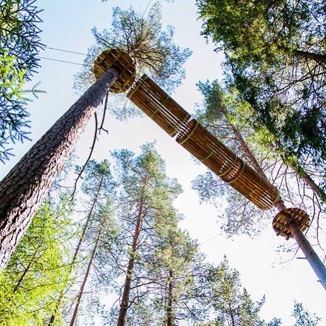 """Это часть """"черной"""" трассы веревочного парка GREENVALD Парк Скандинавия, точно придется по вкусу любому экстремалу. Сам парк находится на уровне 10 метров над землей и заканчивается самой большой в России вышкой свободного падения Quick Jump! Проведите последние выходные лета как надоКоординаты: 60.287649, 29.744828"""