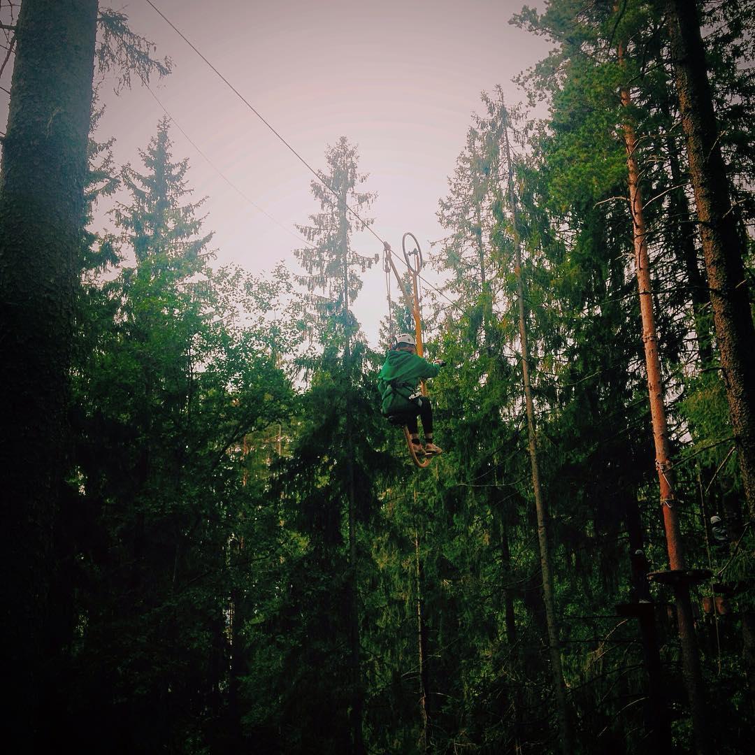 """Один из самых запоминающихся и красивых аттракционов веревочного парка GREENVALD Парк Скандинавия - ручной велосипед на """"красной"""" трассе  Ждем вас каждый день с 10.00 до 20.00  Координаты: 60.287649, 29.744828"""