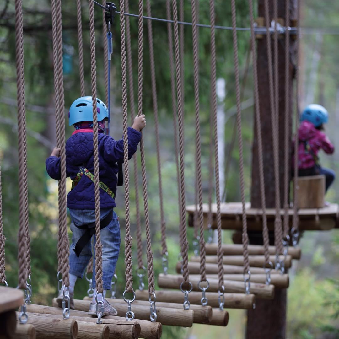 Дети - наше счастье! Сделать ребенка счастливым поможет GREENVALD Парк Скандинавия У нас есть замечательная детская трасса с непрерывной страховкой🏻 А еще всю осенью мы предлагаем отличные экскурсионные программы для школьных групп с посещением парка, пикником на смотровой площадке и играми со скидкой 50%🏻 Подробности по телефону 8 812  929 92 46 Координаты: 60.287649, 29.744828