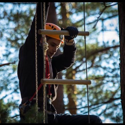 Единственный способ взобраться на вершину лестницы - преодолевать ступеньку за ступенькой, по одной за раз. И в процессе этого подъема вы внезапно обнаружите у себя необходимые навыки, умения и качества для достижения успеха 🏻 В GREENVALD Парк Скандинавия вы обнаружите крутой троллей через живописное озеро Хорошего всем дня, работаем для Вас с 10.00 до 19.00. Координаты: 60.287649, 29.744828