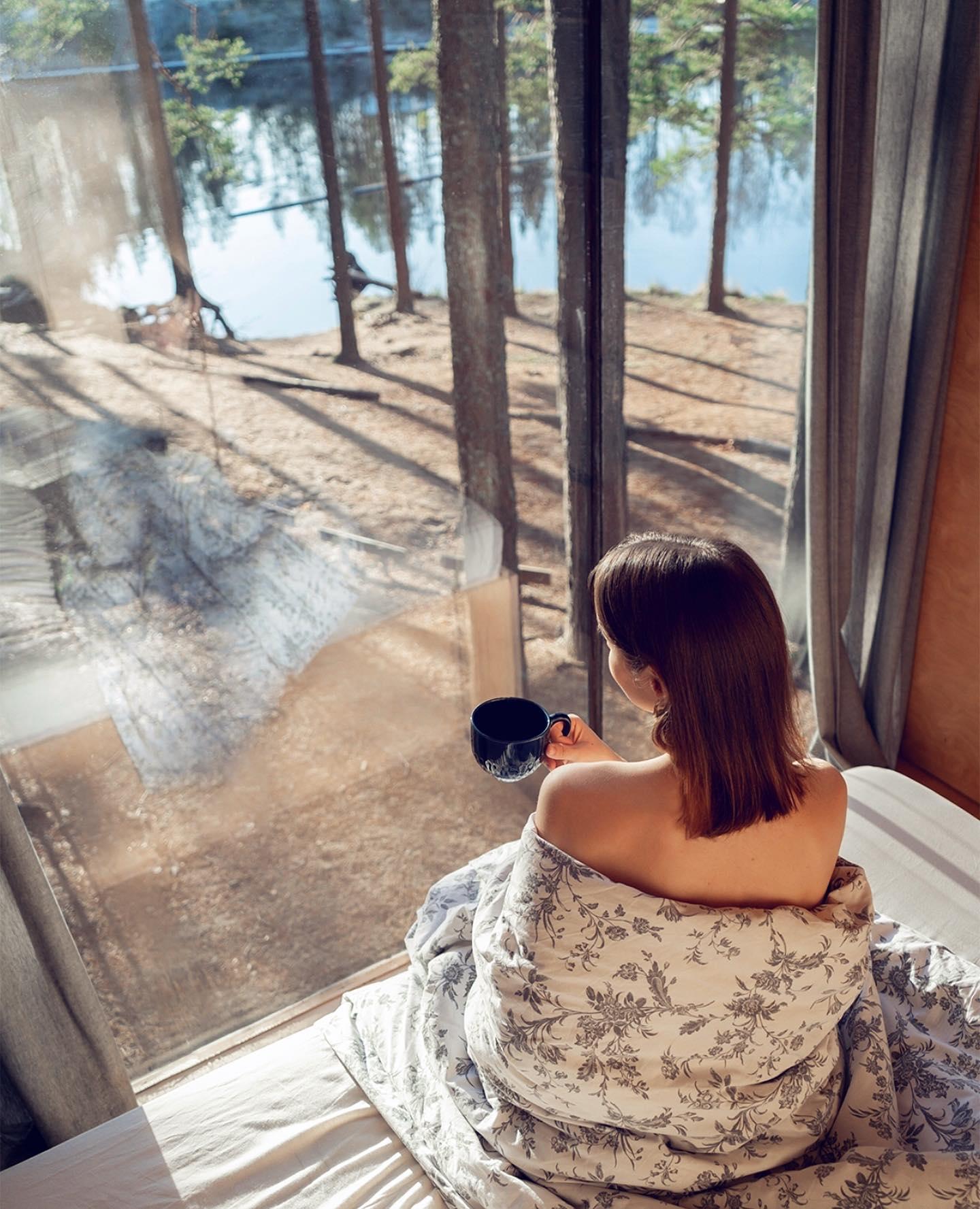 «Я, например, очень люблю, когда ввоскресенье идёт дождь. Как-то больше чувствуешь уют. Сидишь в своем доме, закутавшись в одеяло и смотришь как капли стекают по стеклу и шумит ветер в деревьях. Пьешь чай и чувствуешь себя абсолютно счастливым.» (с)  Друзья, для всех, кто решил устроить себе мини-отпуск, дарим скидку 10% при аренде Треугольного коттеджа на четыре будних дня с 7 по 11 или с 14 по 18 декабря🌲️  Бронирование на нашем сайте по ссылке в шапке профиля🏻  Фото: @kristina_tolsh📸  Подписывайтесь на наш аккаунт @greenvald_park, чтобы следить за новостями, акциями и предложениями