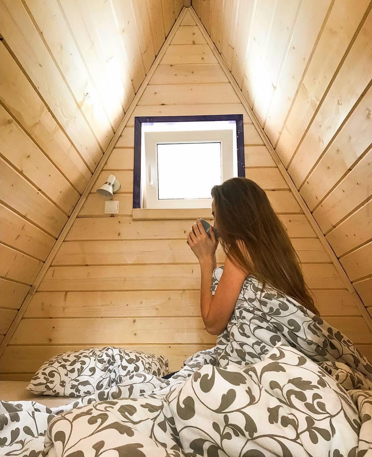 Внимание, Акция!  На этой неделе нас будет радовать яркое солнце, а уже на следующей ждём обещанный снег☃️ - отличный повод провести время на природе  в окружении живописного соснового леса🌲  При бронировании 2х ночей в треугольном коттедже, 2 часа бани на дровах в подарок🏚🏻♀️ При бронировании 3х ночей - дарим романтический ужин при свечах в ресторане с видом на озеро️  Акция действует на период до 18 декабря 2020 в будние дни с вск по четверг️ Бронирование домиков со спец. предложениям на нашем сайте по ссылке в шапке профиля и по телефону 4099818️  Хорошего настроения, друзья!🤝  Фото: @anastasia_staskevich📸  Подписывайтесь на наш аккаунт @greenvald_park, чтобы следить за новостями, акциями и предложениями🏻
