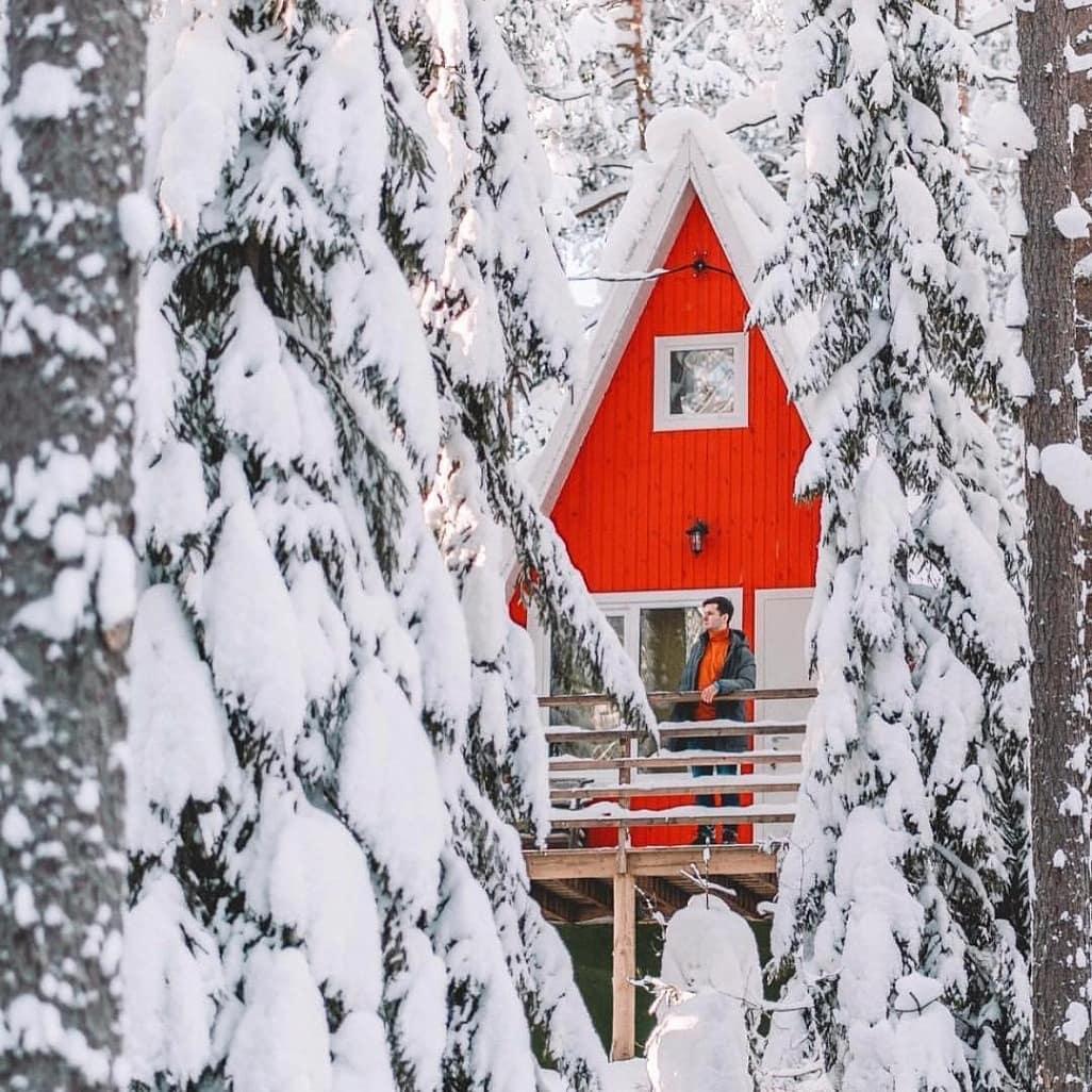 Новогодняя сказка среди заснеженных деревьев и на берегу трех озер в GREENVALD Парк Скандинавия Приглашаем провести Новый год и новогодние праздники в окружении первозданной карельской природы и с удобствами финского хутора.🌲️ Все праздники для Вас работает ресторан с бесподобным скандинавским меню, баня на дровах, разнообразные развлечения на открытом воздухе: 🤸♀️веревочный парк с 2,5 км трасс, форелевая рыбалка, тир, 🧗скалодром, площадки, дровяная баня, прокат лыж, 🛷ватрушек, ♟️настольные игры, ⛸️каток (в зависимости от погоды) и многое другое. Рядом с парком, есть множество  достопримечательностей: горнолыжные курорты⛷️ Пухтолова Гора и Игора, музеи Ялкала, Линдуловская роща, Зеленогорск. Еще остались пара выгодных пакетов с программой. Спешите!  В пакет НОВЫЙ ГОД включено:  - Проживание с 31.12.20 по 02.01.21 в коттедже на ваш выбор  - Завтрак в ресторане  - Скандинавский ужин 01.01.21 с 17:30 - Посещение русской бани на дровах - День безлимитного посещения веревочного парка - 2 часа аренды ватрушек  - 2 часа аренды лыж - Пользование барбекю зоной, прокат шампуров, решетки  на весь период прибивания 🏘️Цены:  - Коттедж 4 (+2) - 70 000р  - Тайни Хаус 2 - 65 000р  - ЭкоДом 2 (+2) - 80 000р - Новый Сканди Хаус 2 (+2) - 95 000р - Типи на отдельной террасе - 25 000р Мы находимся: 18 км от ЗСД, 34 км от КАД,  1 часе езды от аэропорта Пулково